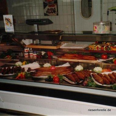 Große Außwahl an Frisch und Räucherfisch bieten unser Verkaufstehken
